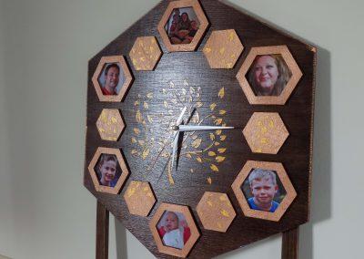 Стенен часовник от дърво с тих механизъм.