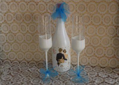 Декорирани бутилки с вино за подарък на младоженците.
