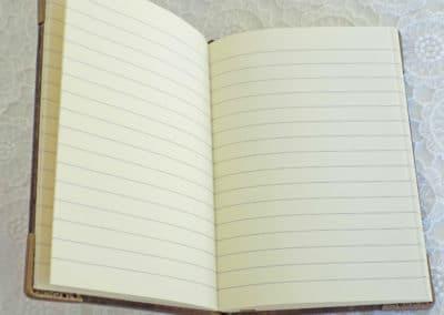 Тяло от 160 страници от кремава хартия на редове